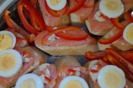 Alimentos ricos en Vitamina D - Canapé de salmon y huevo