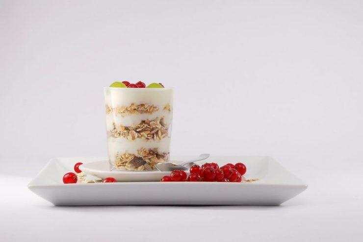 yogurt con frutta per una prima colazione sana e gustosa