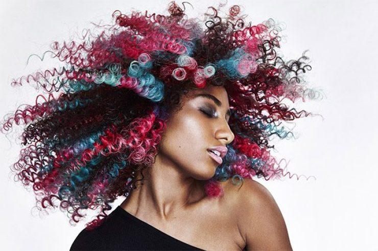 ragazza con capelli afro fucsia e azzurri