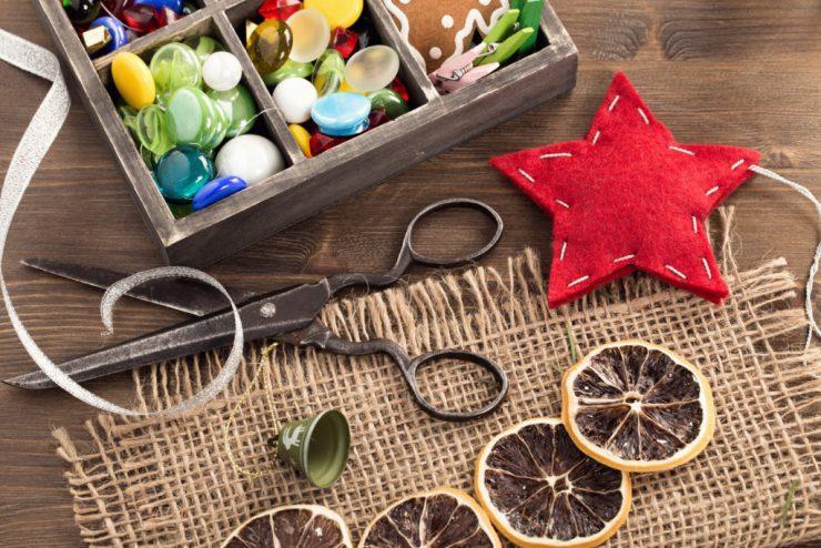 Oggetti per il cucito su tavolo in legno