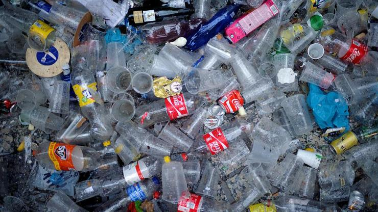 rifiuti assortiti: bottiglie di plastica e bicchieri