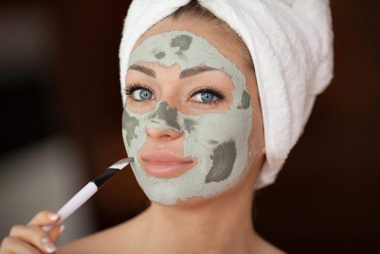 ragazza con maschera all'argilla verde