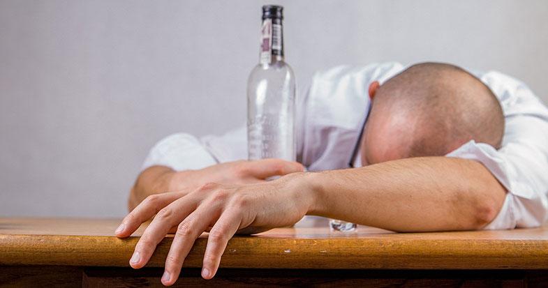 Alcoolique qui a une gueule de bois et qui fait de la dépression à cause de sa dépendance
