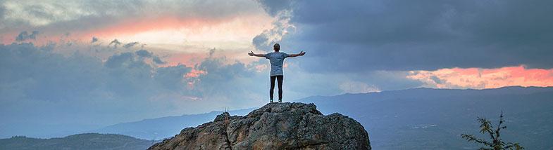 Homme puissant qui gravit une montagne et qui a surmonté ses problèmes d'érection et son impuissance