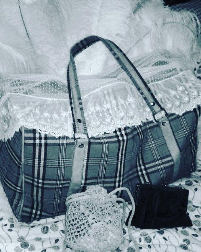 Puisque le sac de Josie est prêt : en route pour le Théâtre de la Vie ! C'est à 20h. Et c'est un peu Noyel avant l'heure avec tout ce que Josie va vous y raconter...   Photo by Camille Pier