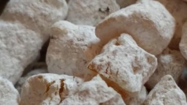 Weihrauchtherapie - Olibanum in granis: Bestäubte Harzkörner