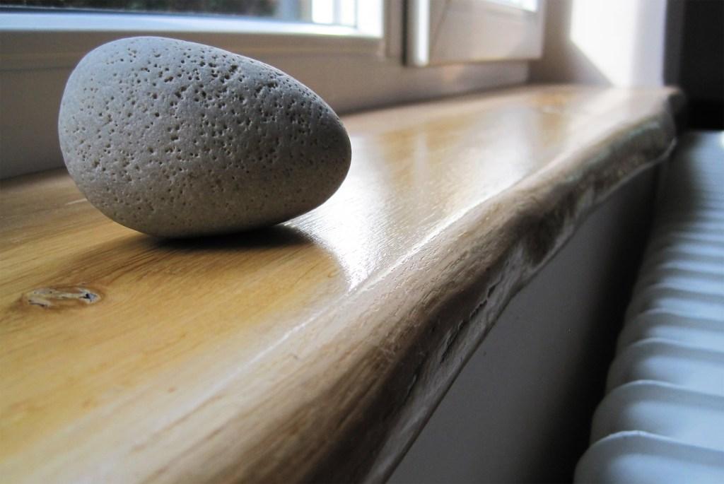 Eiche Holzfensterbank mit Naturkante bzw. Baumkante oder Live-Edge inkl. Deko als Anwendungsbeispiel