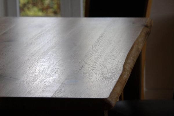 Tischplatte Eiche, Wildeiche geölt mit Naturkante bzw. natürlicher Baumkante oder Live-Edge