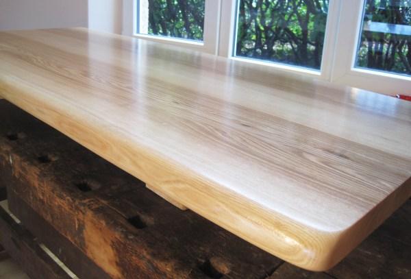 Schreibtischplatte oder Waschtischplatte aus Esche mit natürlicher Baumkante, Naturkante bzw. Live-Edge