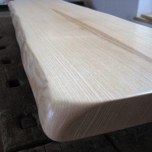 Thekentischplatte, Holz, massiv aus Esche für Tresen, Empfang oder als Sitzbank mit zwei Naturkanten bzw. natürlicher Baumkante