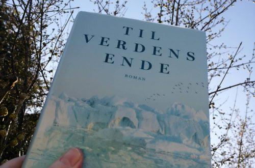 Bogen 'Til verdens ende' vises op mod en blå himmel