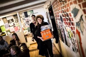 De deltagende forsynes med cookies og ice tea. Foto: Richo Lund Hald.