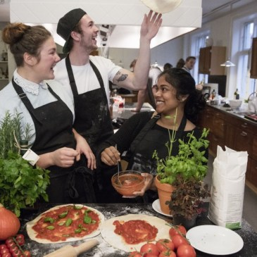 Madmillioner sender unge i køkkenet sammen