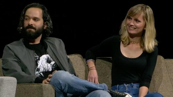 Neil Druckamnn et Halley Gross, assis sur un sofa, regardant tous deux sur leur droite