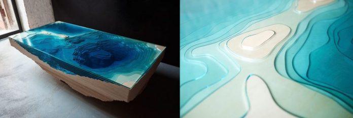 mesa rectangular sobre el mar