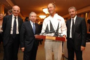 Francis Joyon reçoit l'Ultimate Trophy