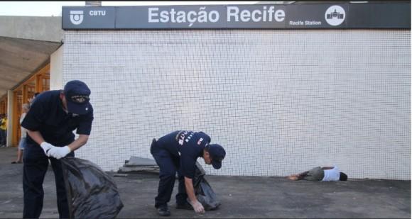 Marinheiros japoneses recolhem lixo da estação do metrô de Recife