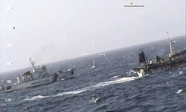 Imagens da guarda naval mostram abordagem a barco chinês - PREFECTURA NAVAL / AFP