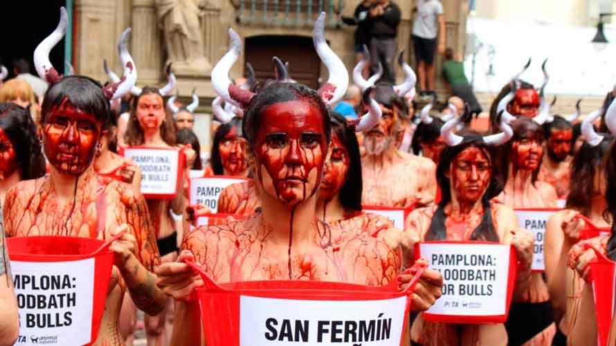 La asociación animalista PETA protesta contra las corridas de Toros en la Plaza Consistorial. S. REDíN (3)