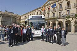 El Presidente Sanz, entre otras autoridades, ante el autobús presentado hoy en Tafalla