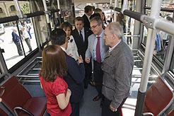 Representantes institucionales, en el inicio de su recorrido en el autobús.