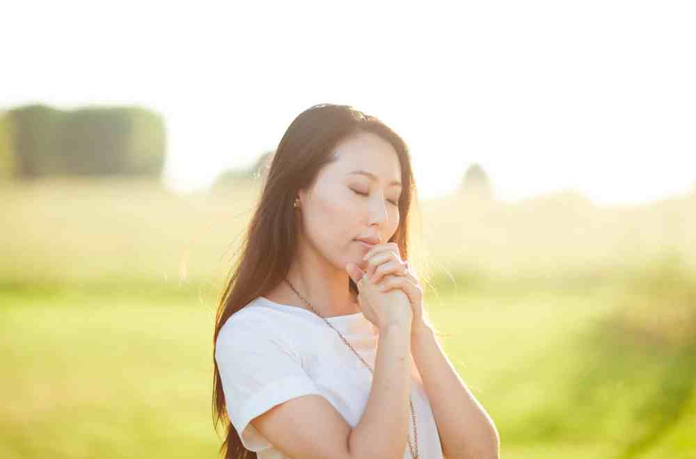 Practicing God's Presence in Prayer | Prayer Resource | The Navigators | a woman praying outdoors