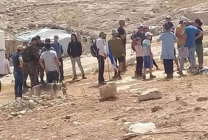 مستوطنون يعتدون على المواطنين في خربة المفقرة بمسافر يطا