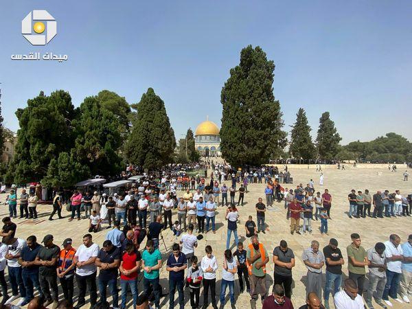 فلسطينيون يؤدون صلاة الجمعة داخل ساحات المسجد الأقصى