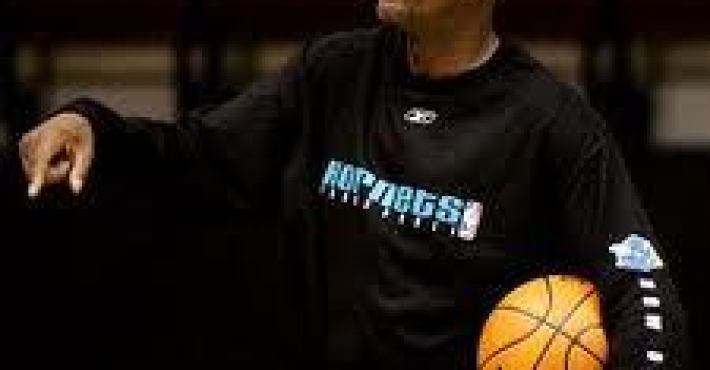 Darrell Walker, asistente en New York, interesa a los Pistons