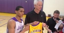 Jordan Clarkson lidera a los Lakers en el tiempo extra