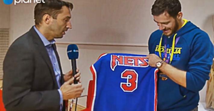 Dragic se emociona tras recibir un regalo de la madre de Petrovic