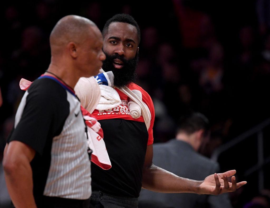 NBA: James Harden multado con 25.000 dólares por criticar a los árbitros