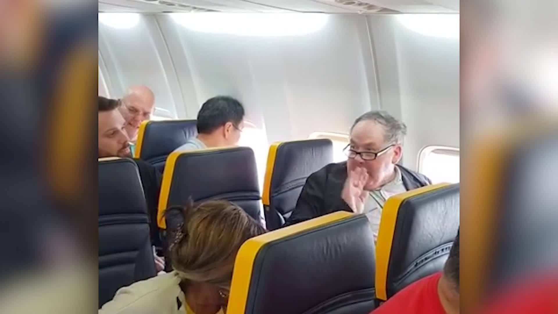 Man_goes_on_racist_rant_on_Ryanair_fligh_0_20181022152534-846653543
