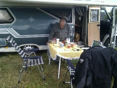 Manfred beim Frühstück machen