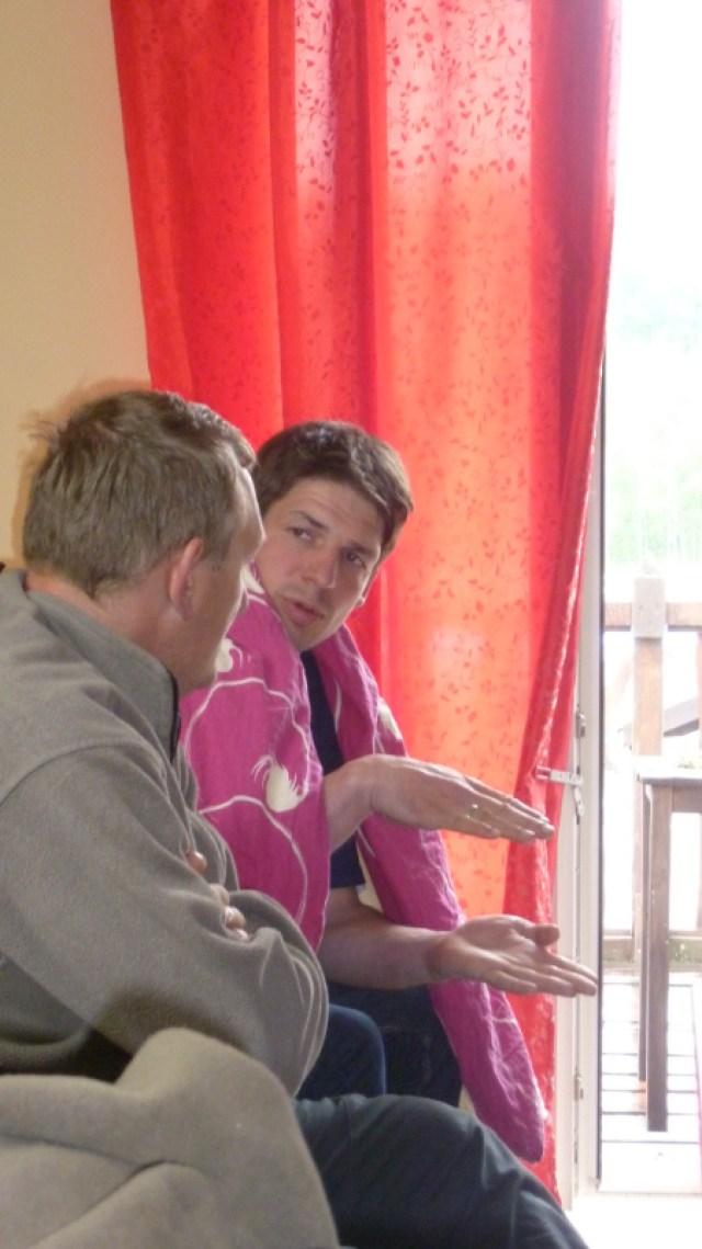 Hartmut & Norman bei einem Fachgespräch ...  Glaube es geht um dass nächste Bauprojekt von Hartmut.