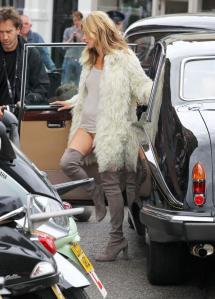 Kate Moss loopt halfnaakt door Londen (foto's)
