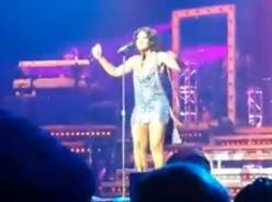 Tony Braxton's jurkje laat het afweten tijdens een concert