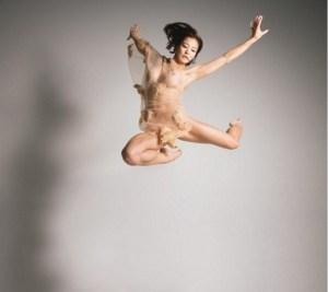 Voormalige Japanse gymnaste Risa Izumi gaat uit de kleren