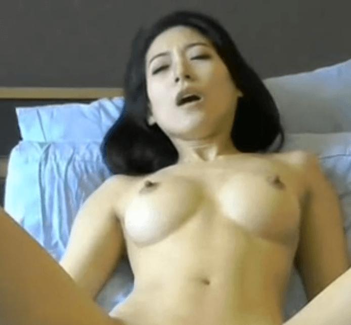 Deze vrouw wordt helemaal wild van een op afstand bestuurde vibrator (video)