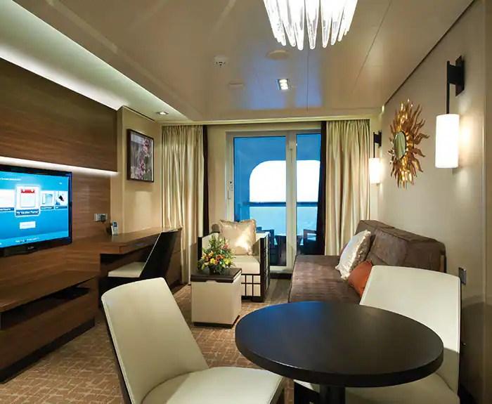 ノルウェージャンクルーズライン ザ・ヘブン 船首に面したたペントハウス リビング The Haven's Forward-Facing Penthouse living room on Norwegian Escape