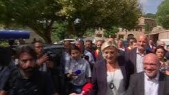 """""""Cassez-vous !"""" Marine Le Pen chahutée à Châteaudouble dans le Var"""
