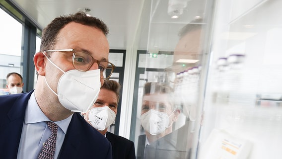 Jens Spahn (CDU), Federal Minister of Health, takes a tour of the Allergopharma production facilities in Reinbek near Hamburg.  © picture alliance / dpa / dpa / Pool Photo: Christian Charisius