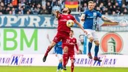 Rostocks Nico Neidhart (r.) und Unterhachings Dominik Stahl