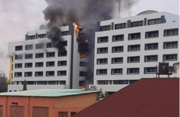 Nigeria Accountant-General's offices on fire [VIDEO]