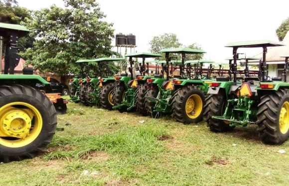 Gov. Akeredolu Distributes Soft Loans, Tractors To Farmers In Ondo (PHOTOS)
