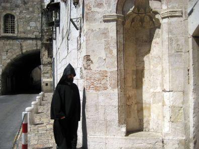 Prêtre arménien devant la cathédrale Saint-Jacques à Jérusalem