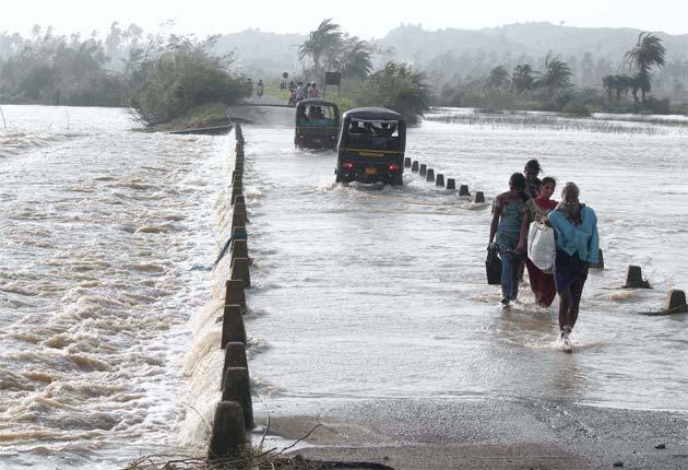 https://i2.wp.com/www.ndtv.com/news/images/story_page/Cyclone_Phailin_Odisha_people_wade_through_flooded_roads_PTI_630.jpg