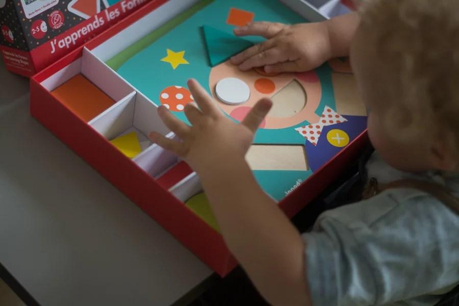 dziecko bawi się układanką