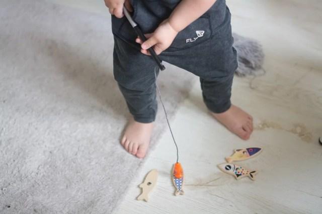 dziecko łowi ryby na magnes - Prezent dla 2 latka