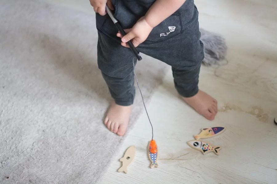 dziecko łowi ryby na magnes